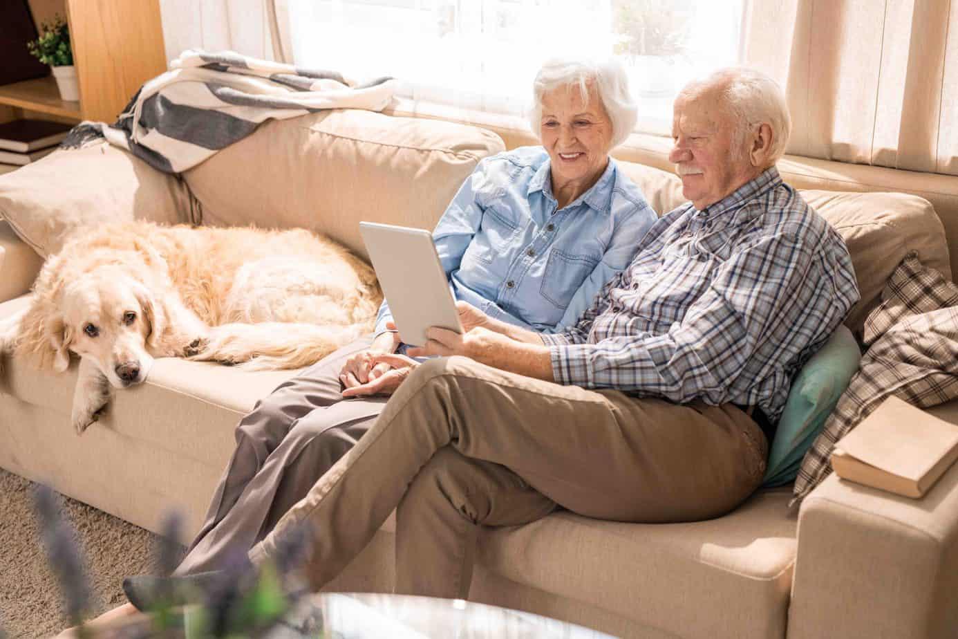 happy senior couple using digital tablet W97RJFB scaled 1
